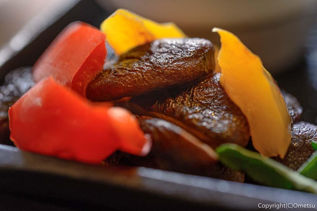 奥多摩町・海沢の東京多摩学園・カフェ&レストランSAKAの、秋山牛と奥多摩しいたけのハンバーグの、椎茸とパプリカの付け合せ