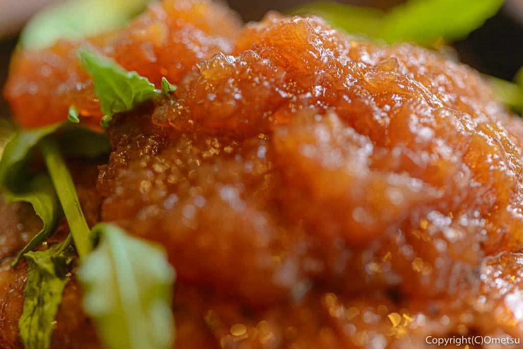 奥多摩町・海沢の東京多摩学園・カフェ&レストランSAKAの、秋山牛と奥多摩しいたけのハンバーグの、特製おろしソース