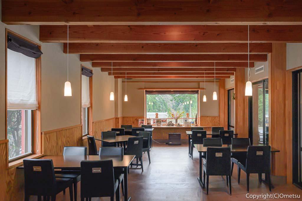 奥多摩町・海沢の東京多摩学園・カフェ&レストランSAKAの店内