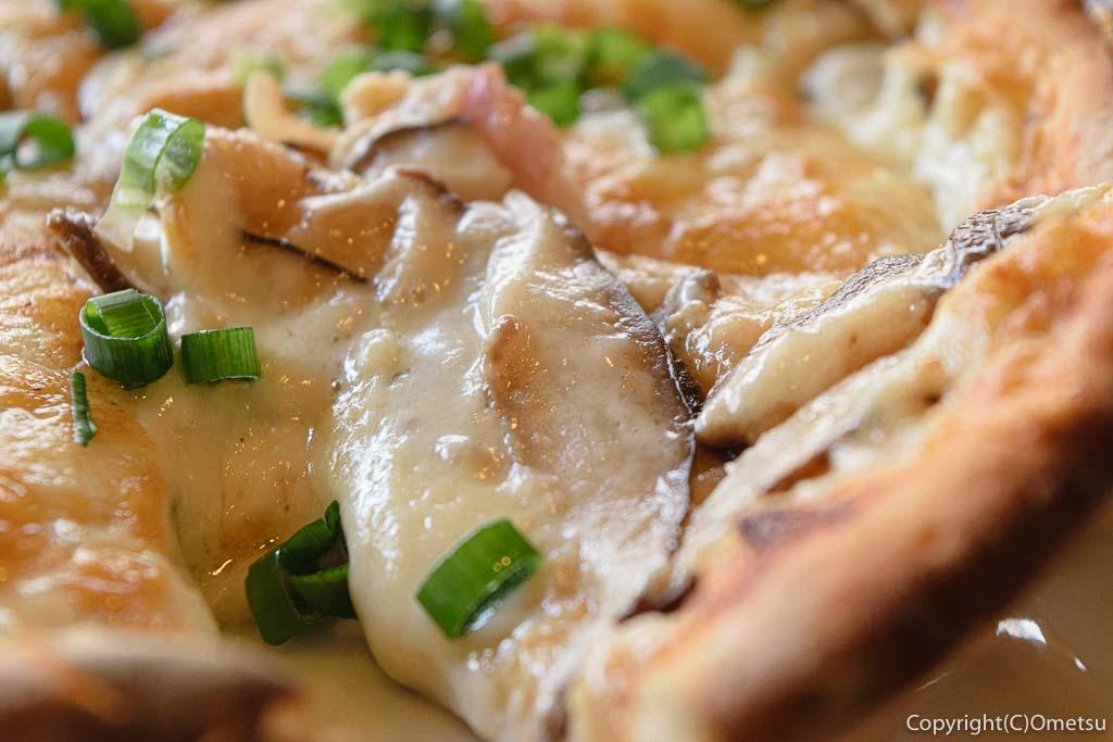 青梅市・内沼きのこ園の、軽食喫茶 ぴるつ・きのこたっぷりぴるつ特製ピザのシイタケ