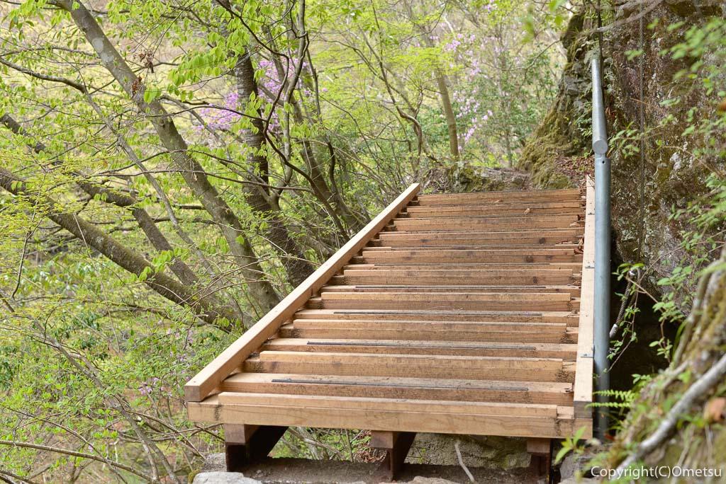 奥多摩町・川苔山の登山道の、台風19号で付け換えられた桟道