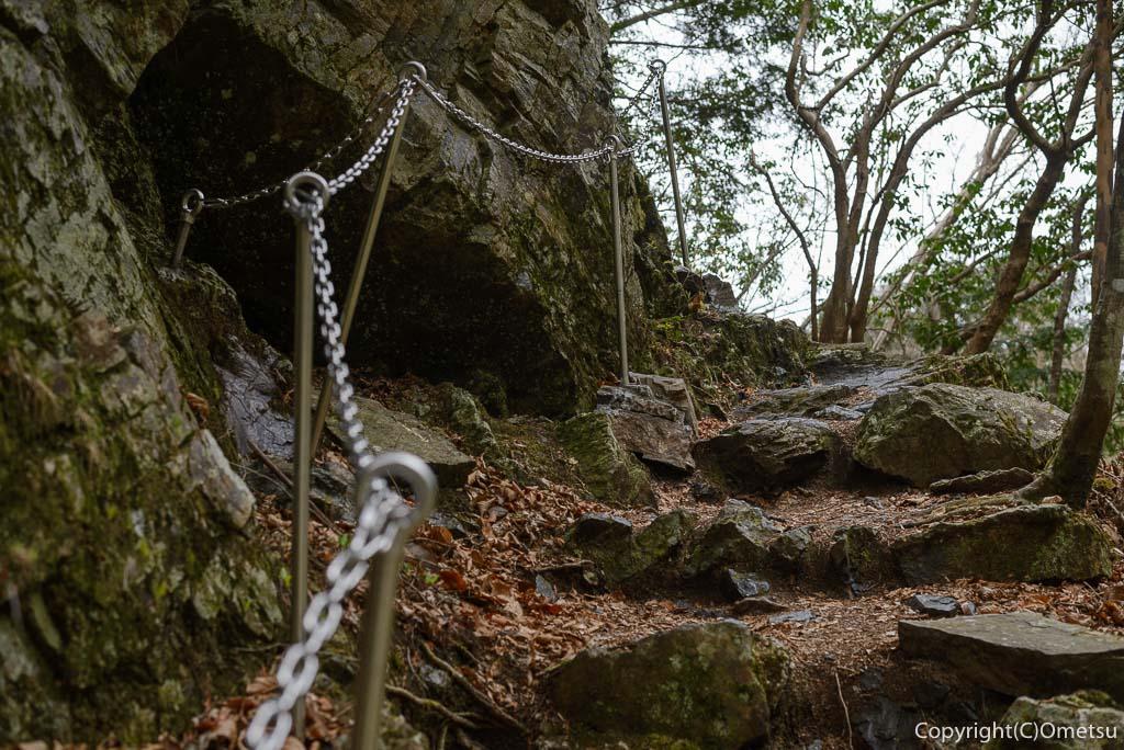 奥多摩町・川苔山の百尋ノ滝近くの登山道の鎖場