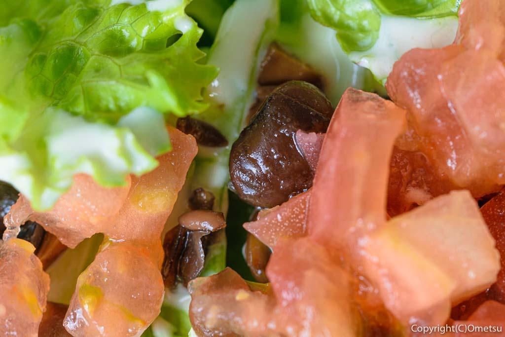 青梅・ダイニング&ギャラリー繭蔵のテラス席と、特製シチュープレートのサラダのトマトと黒豆