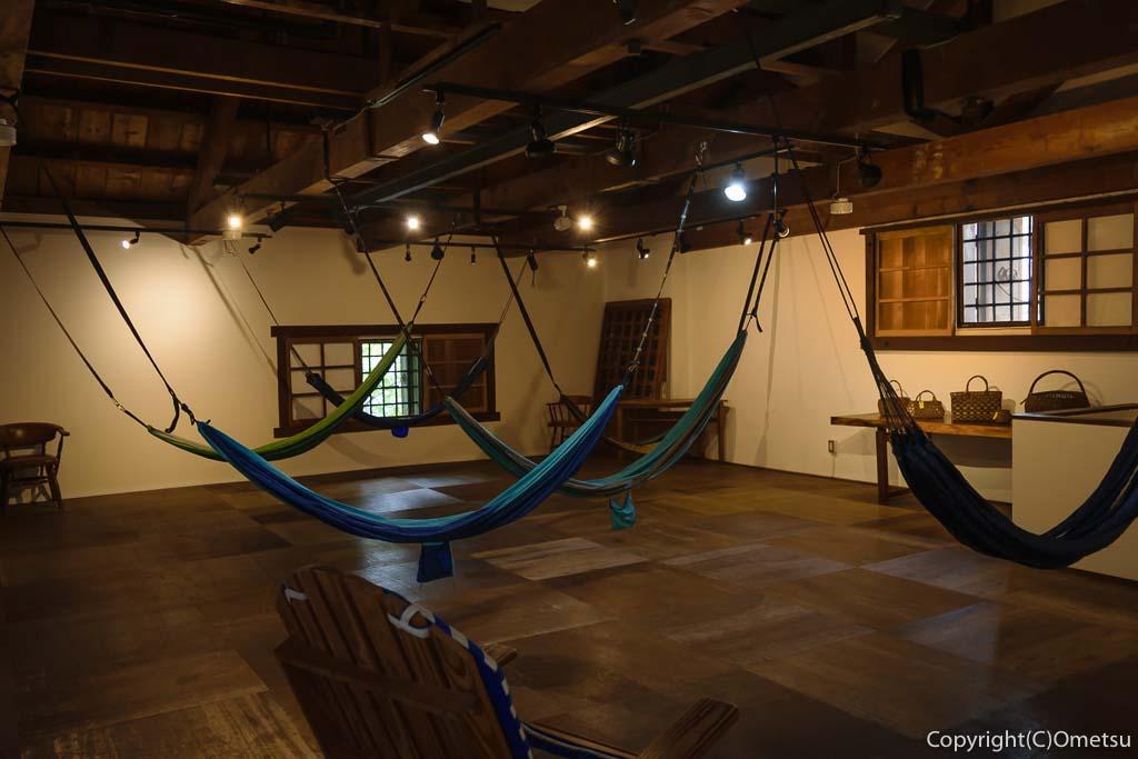 青梅・ダイニング&ギャラリー繭蔵の店内のハンモック
