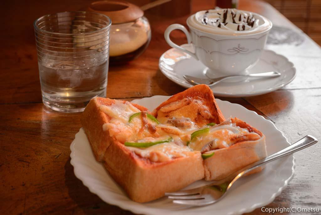 青梅市のカフェ・ウォールナットのウインナーコーヒーと、ピザトースト
