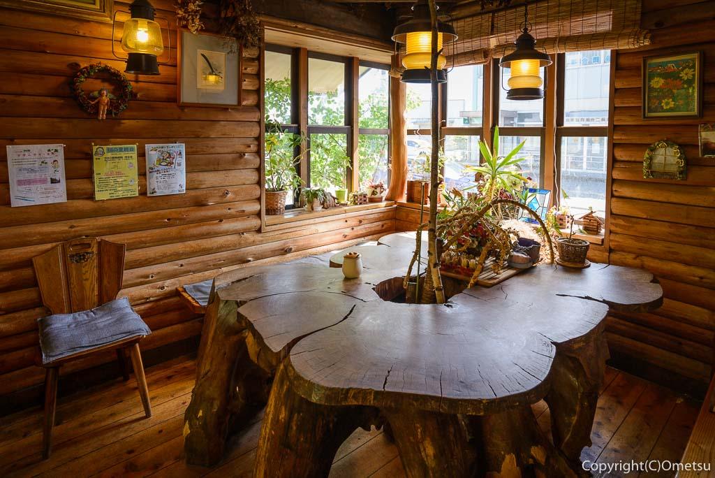 青梅市のカフェ・ウォールナットのケヤキのテーブル