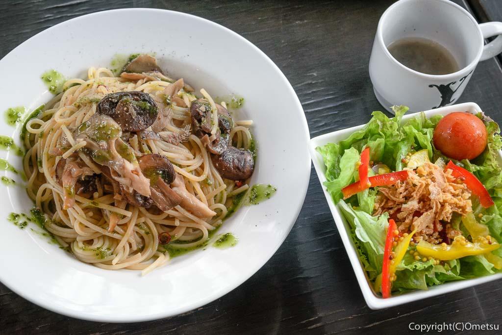 羽村市のクウォーターカラットのランチのサラダと、マッシュルームとジェノベーゼソースのパスタ