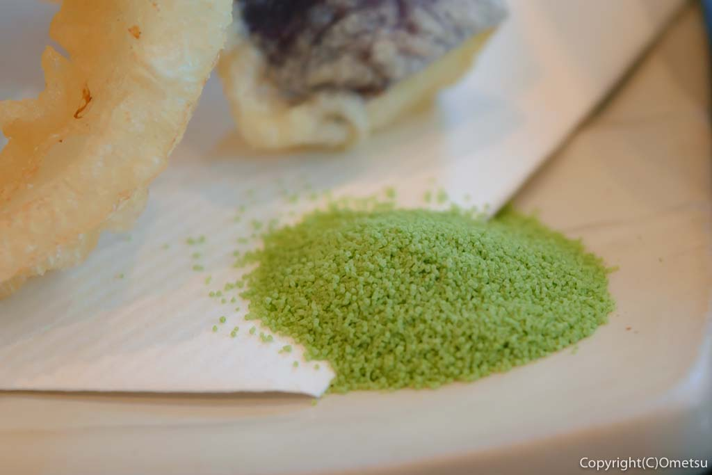あきる野市の蕎麦店・石臼挽き手打そば ひらの の野菜天もりそば の抹茶塩