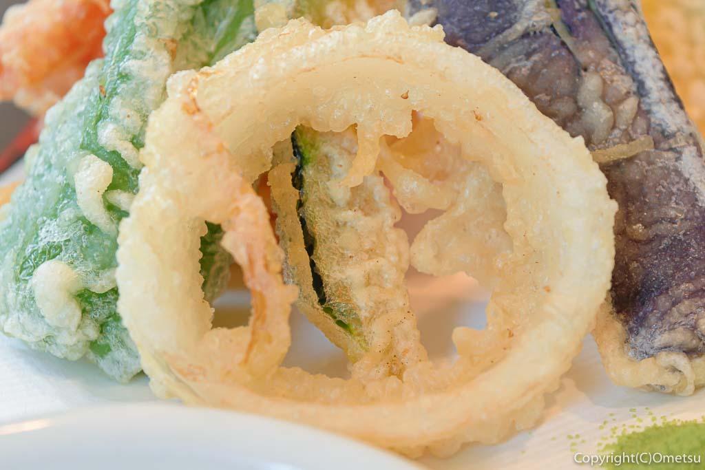 あきる野市の蕎麦店・石臼挽き手打そば ひらの の野菜天もりそば のタマネギの天ぷら