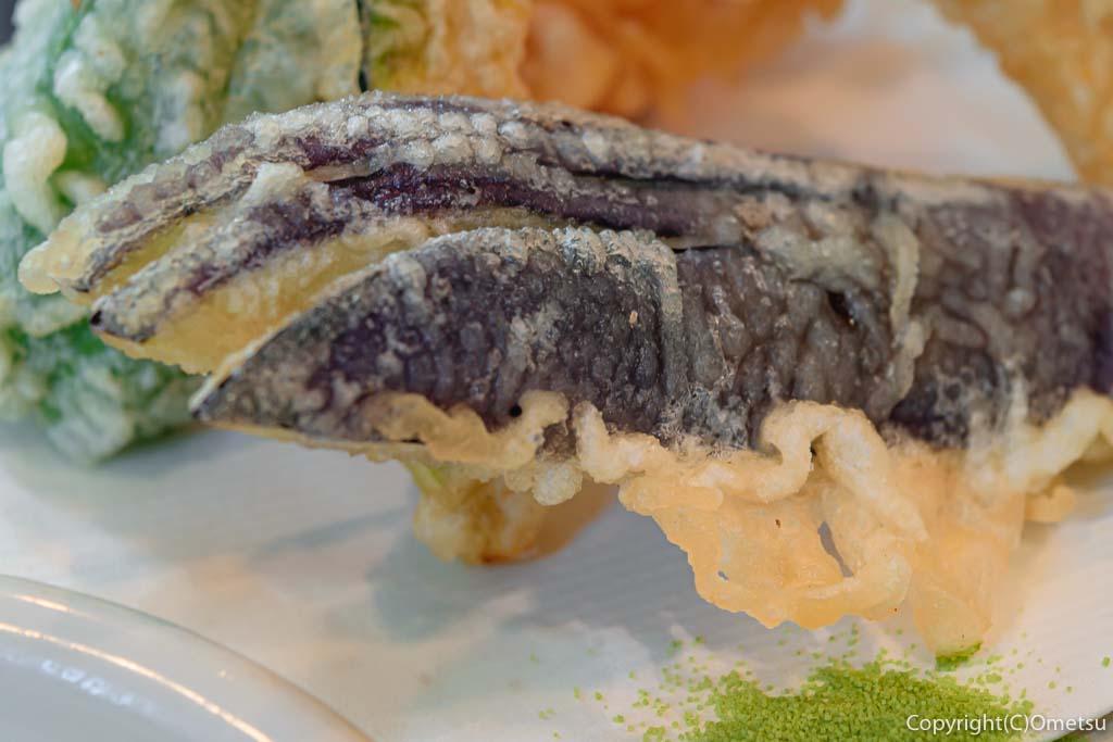 あきる野市の蕎麦店・石臼挽き手打そば ひらの の野菜天もりそば のナスの天ぷら