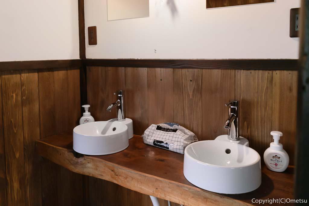 奥多摩町・氷川の、古民家・きよかわゲストハウスの洗面所