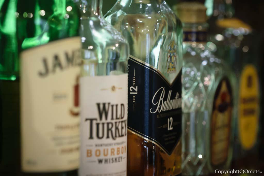 奥多摩町・氷川の、きよかわゲストハウスのバーカウンターのアルコール