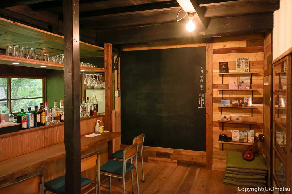 奥多摩町・氷川の、古民家・きよかわゲストハウスのバーカウンター