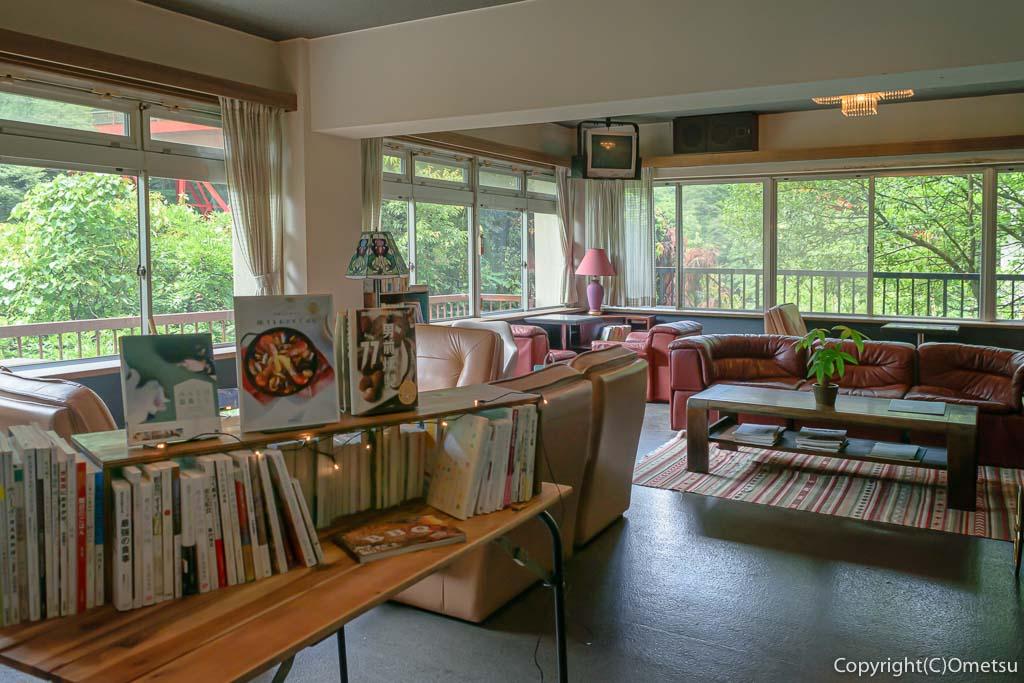 奥多摩町の玉翆荘の中の「古本と喫茶・おくたま文庫」の、室内