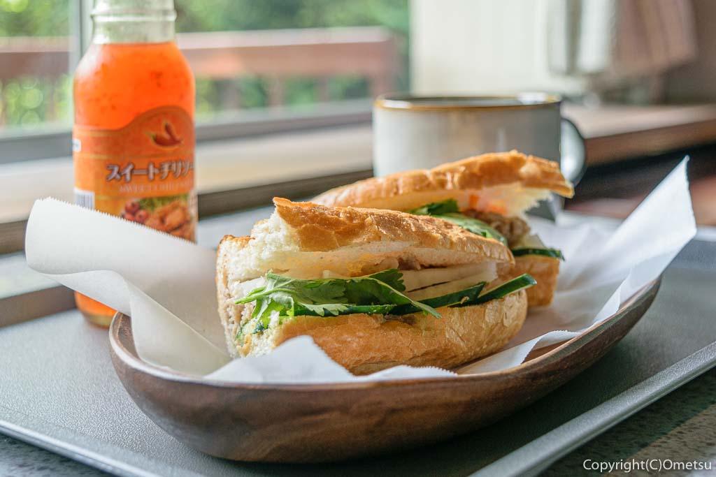 奥多摩町の玉翆荘の中の「古本と喫茶・おくたま文庫」の、ベトナム風のサンドイッチ・バインミーと、コーヒー