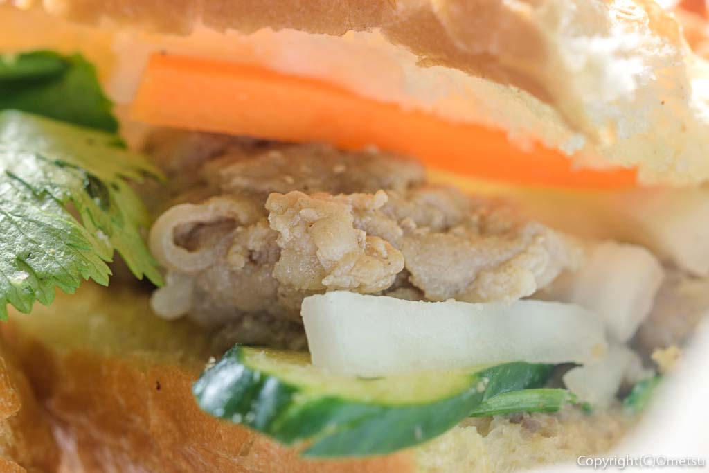 奥多摩町の玉翆荘の中の「古本と喫茶・おくたま文庫」の、ベトナム風のサンドイッチ・バインミーの、豚肉の塩麹漬けと野菜とパクチー