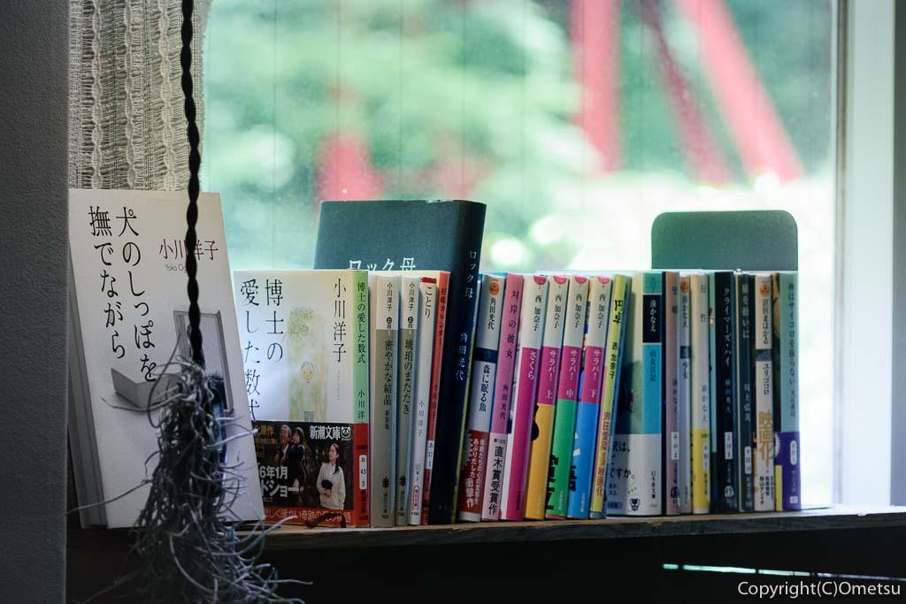 奥多摩町の玉翆荘の中の「古本と喫茶・おくたま文庫」の文庫本の小説