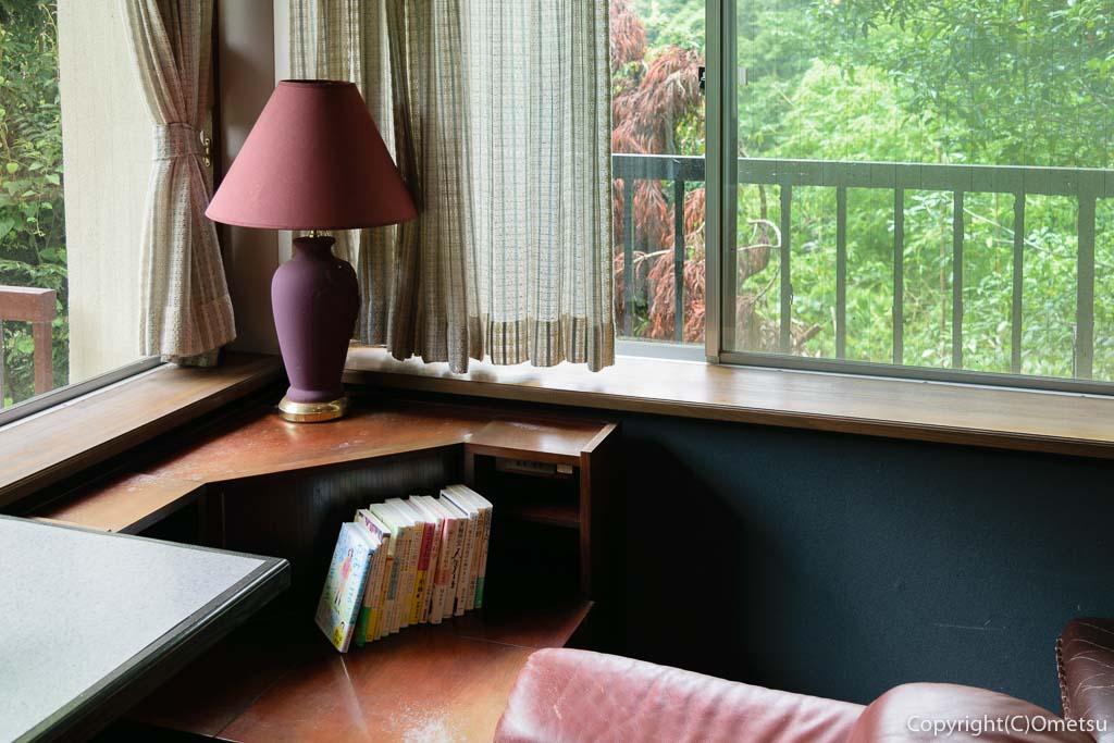奥多摩町の玉翆荘の中の「古本と喫茶・おくたま文庫」のコーナーの本