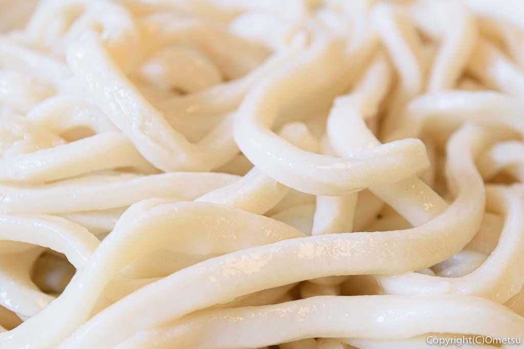 青梅・岩蔵温泉の、うどん多喜山館の、肉つけ汁うどん の麺