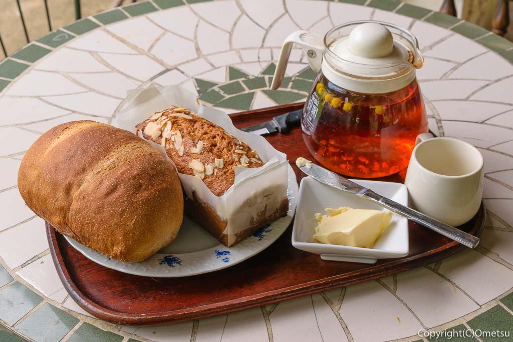 青梅の石薪窯パン店「麦  MUJI」のプレーンパンとバナナケーキ