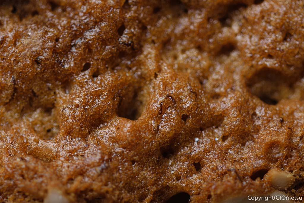 青梅の石薪窯パン店「麦  MUJI」のバナナケーキの、焼き目