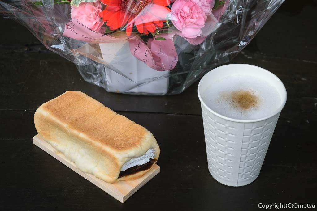 奥多摩町・古里駅近くの「山のぱ〜ん屋 森のダンス」の、コーヒーあんホイップの「板ぱ〜ん」とカフェオレ