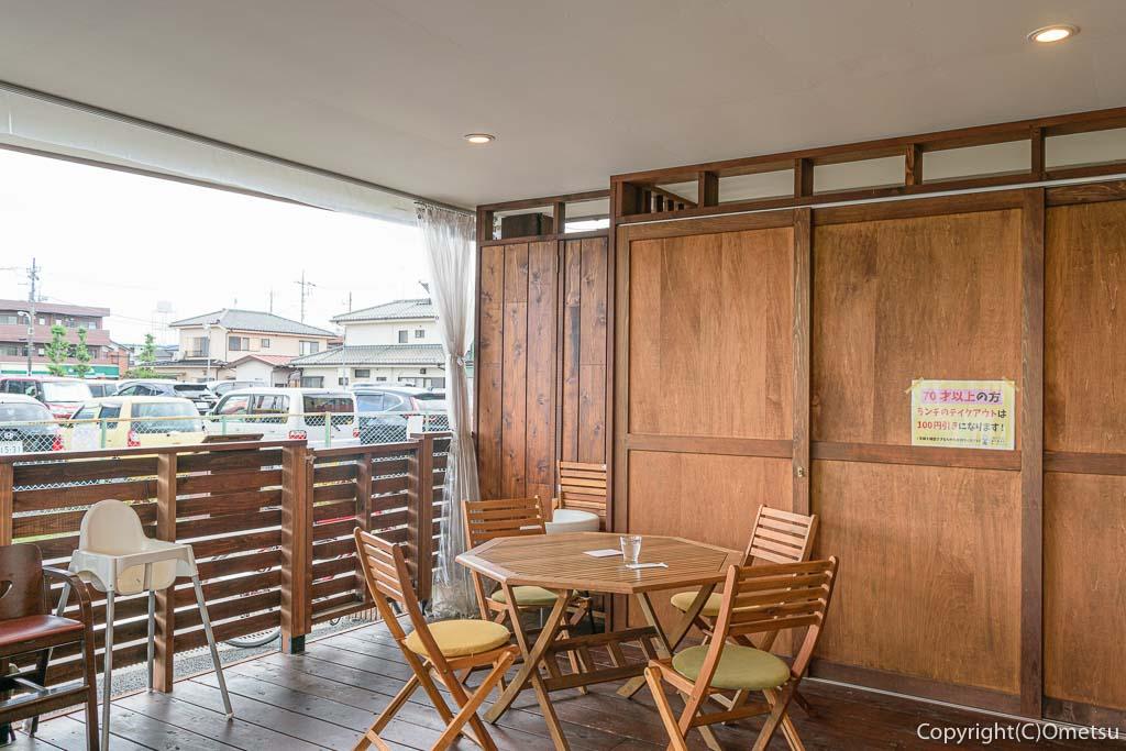 羽村「みんなのカフェ メリ・メロ」のテラス席