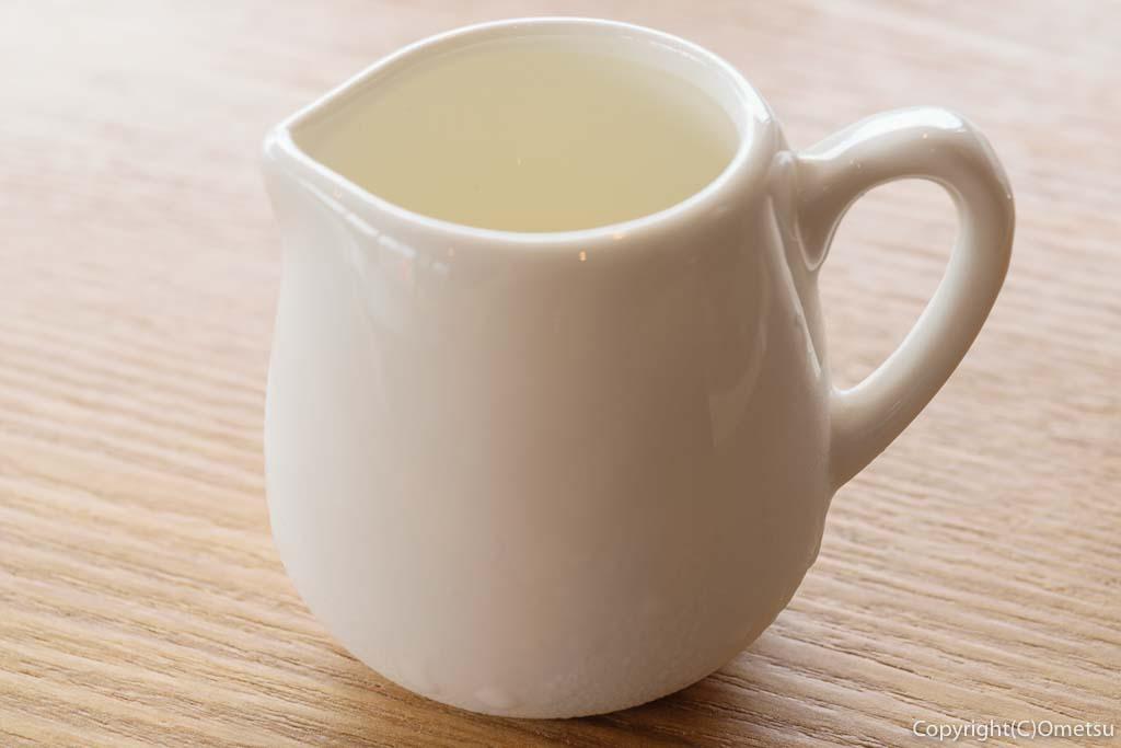 羽村「みんなのカフェ メリ・メロ」のプリンとアイスコーヒーのミルクピッチャー