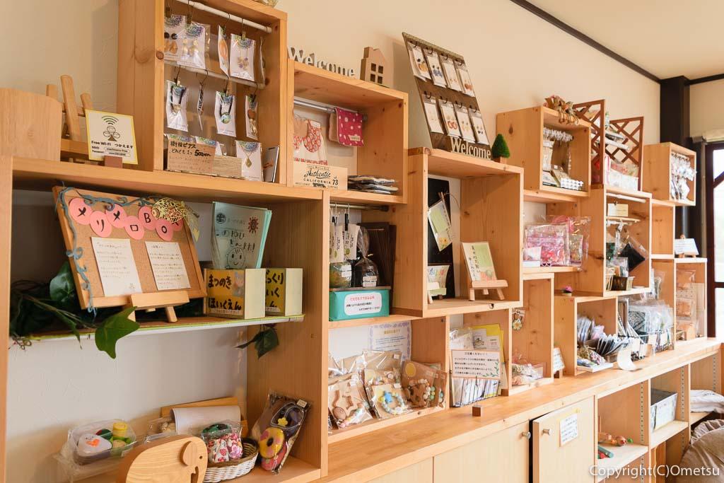 羽村「みんなのカフェ メリ・メロ」の店内のレンタルボックス