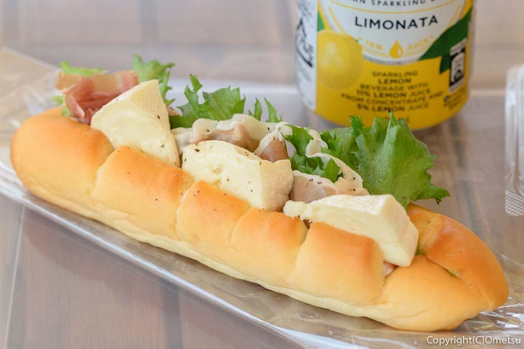 羽村市のパン店・オープンゲートベーカリー(OPEN GATE BAKERY)の、カマンベールと生ハムのサンドイッチ