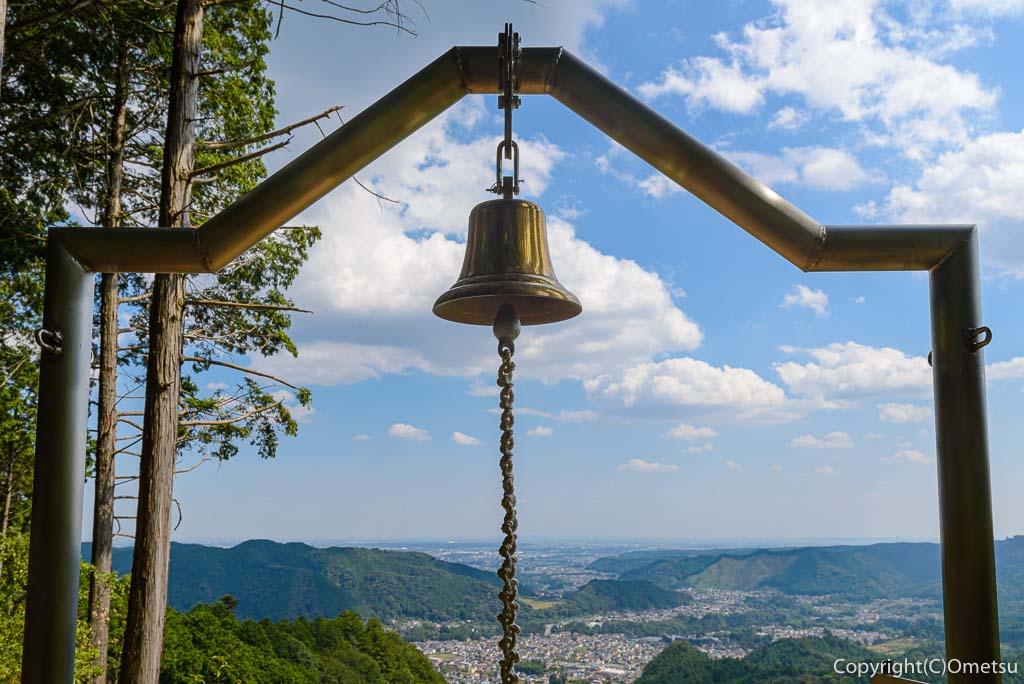 青梅市・即清寺の山内新四国八十八ヵ所・霊場の展望台の「幸せの鐘」とパノラマ