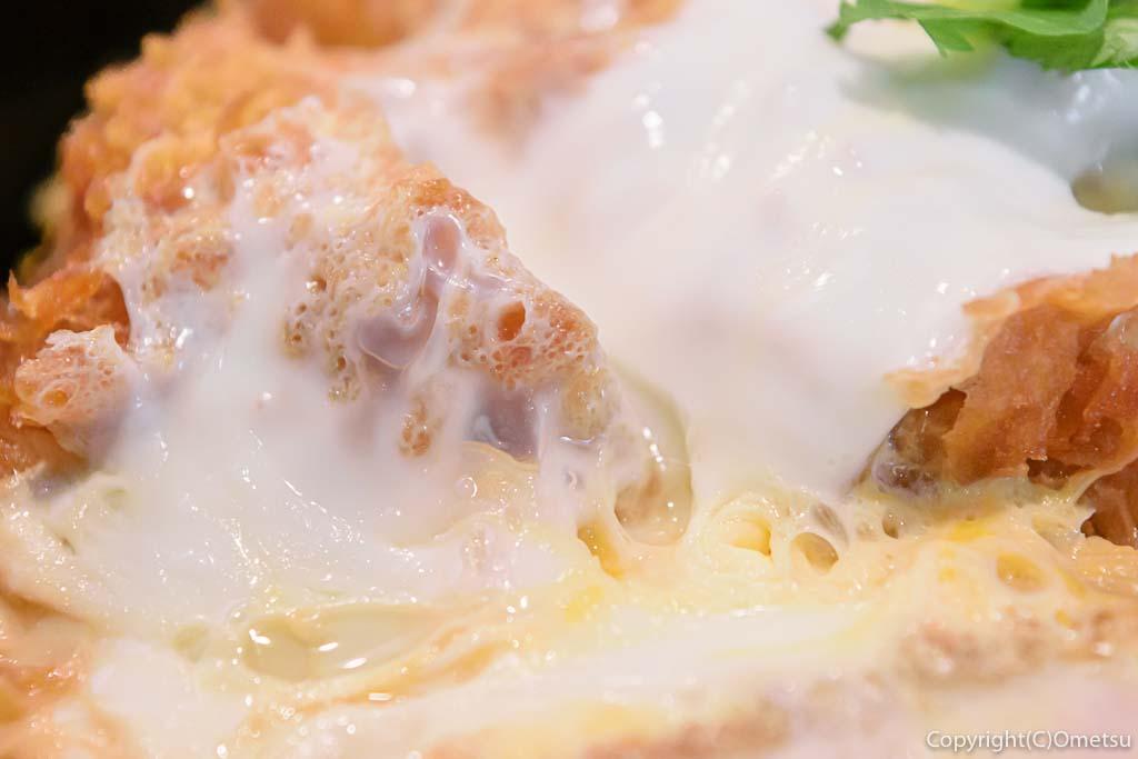 羽村市・小作台の丼専門店、味里丼の「三元豚 特上カツ丼」の卵