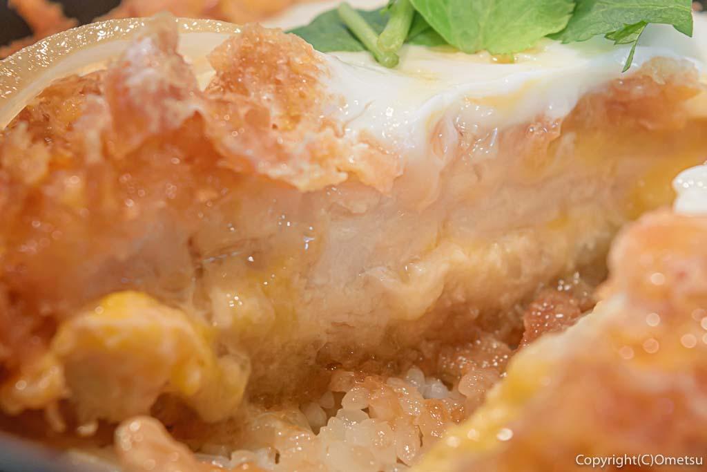 羽村市・小作台の丼専門店、味里丼の「三元豚 特上カツ丼」のカツと卵