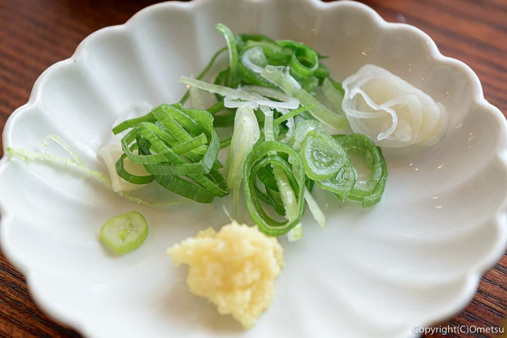 羽村市「手打ちうどん さかもと」の肉汁うどんの薬味のネギとおろし生姜