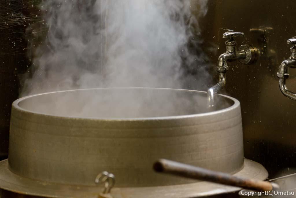 青梅市「手打ちうどん さぬき」のうどんの茹で鍋