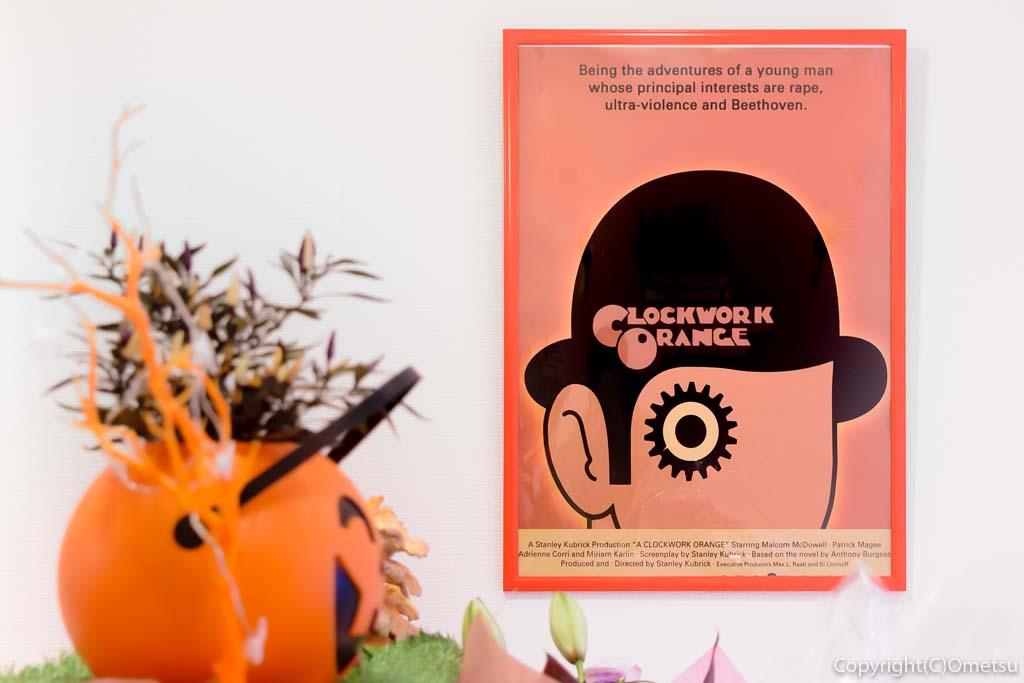 羽村市の、まぜそば・カレー専門店、チリン☆ドロンの店内「Clockwork Orange=時計じかけのオレンジ」のポスター